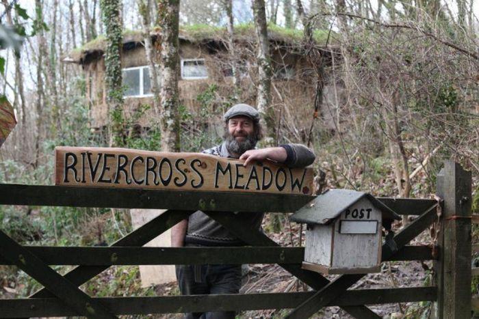 В Великобритании супружескую пару выселяют из экологичного дома в лесу (16 фото)