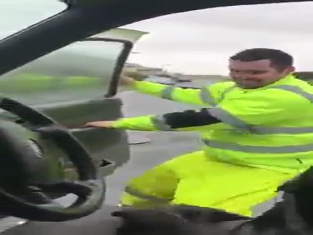 Водитель борется с сильным ветром