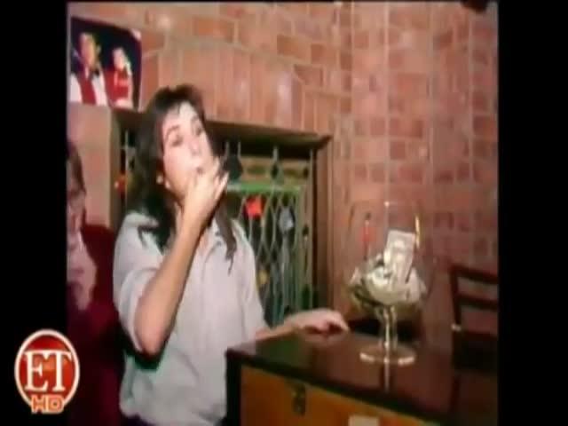 Выпившая Деми Мур целуется с парнем