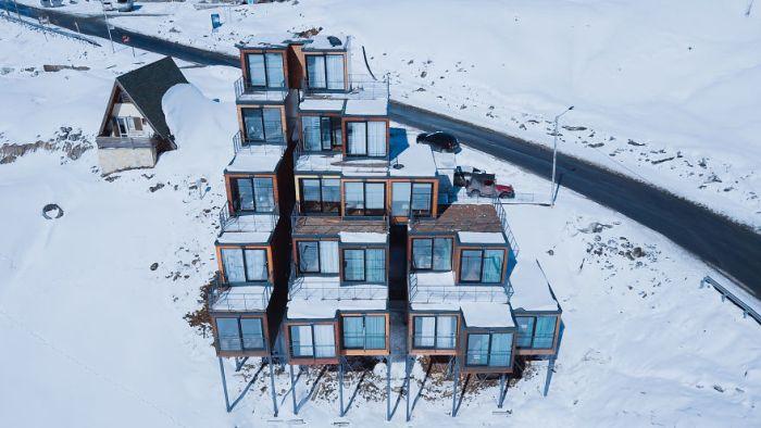 Отель из грузовых контейнеров на горнолыжном курорте в Грузии (6 фото)