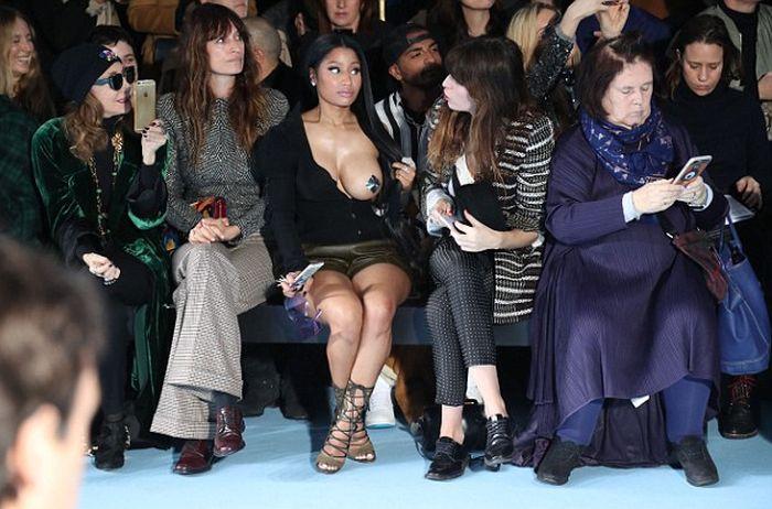 Ники Минаж явилась на модный показ с обнаженной грудью (10 фото)