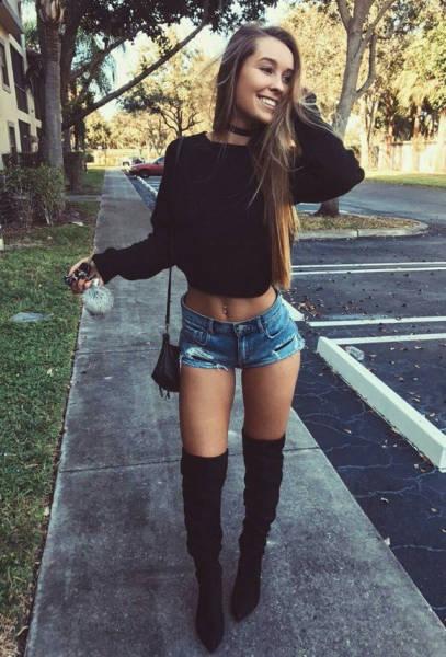 Девушки в шортиках на улице видео
