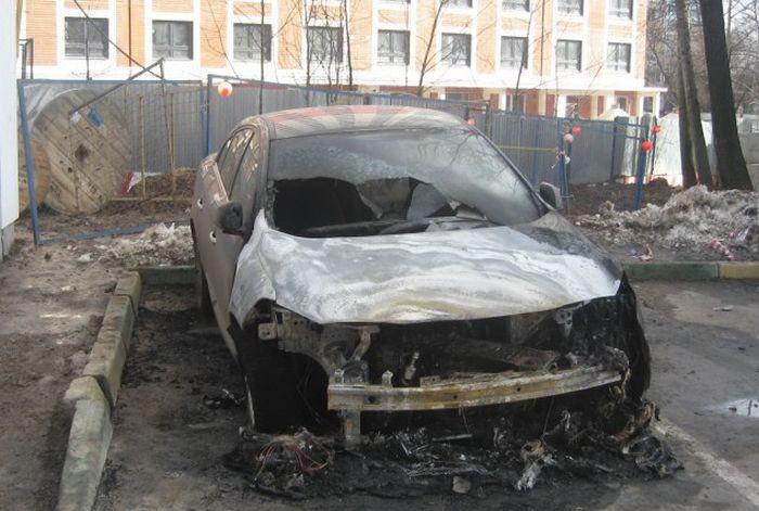 В Москве активисту, жаловавшемуся на чиновников, сожгли автомобиль (2 фото + 2 видео)