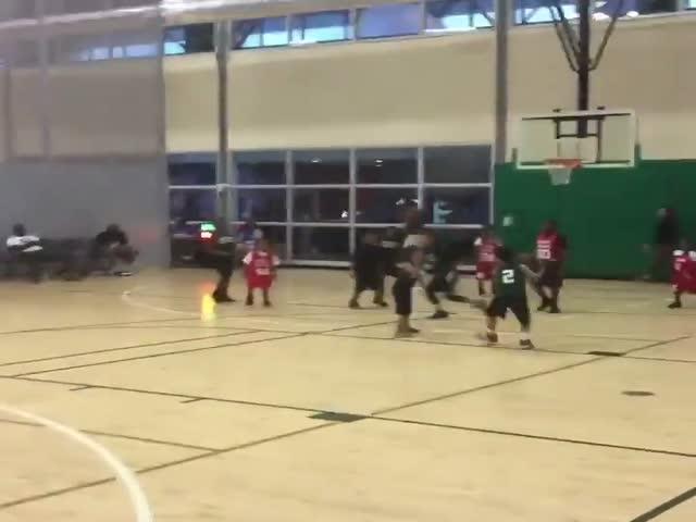 Юный баскетболист перепутал корзины