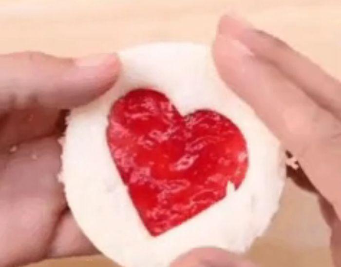 Простой и дешевый способ порадовать любимую на 8 марта (гифка)