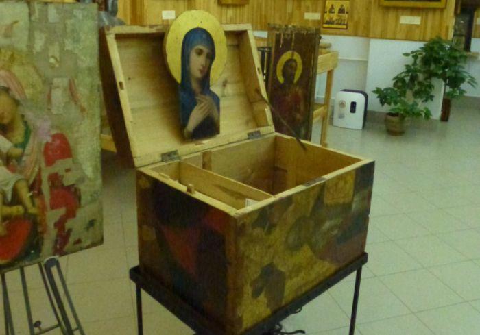 Ящики из икон в музее мэра Екатеринбурга (4 фото)