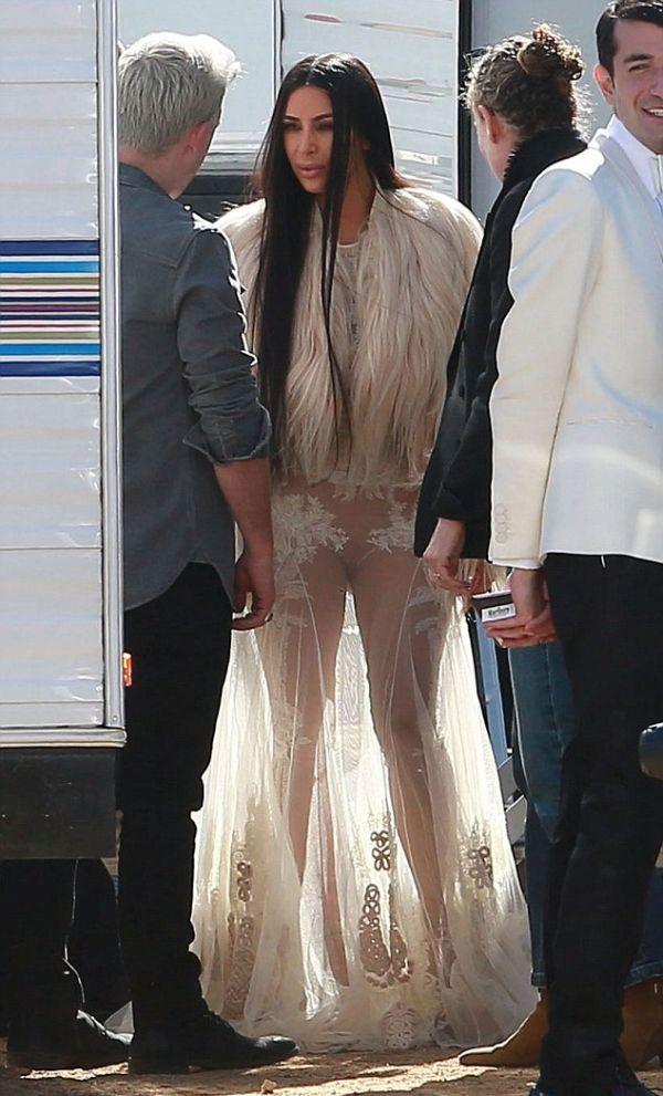 Ким Кардашян в прозрачном платье на съемках фильма «Восемь подруг Оушена» (8 фото)