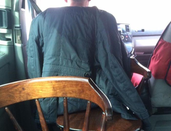 В Казахстане через систему Uber работал фургон с деревянными стульями (2 фото)