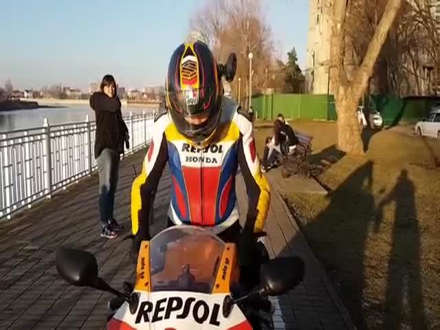 Мотоциклистка едет по велосипедной дорожке
