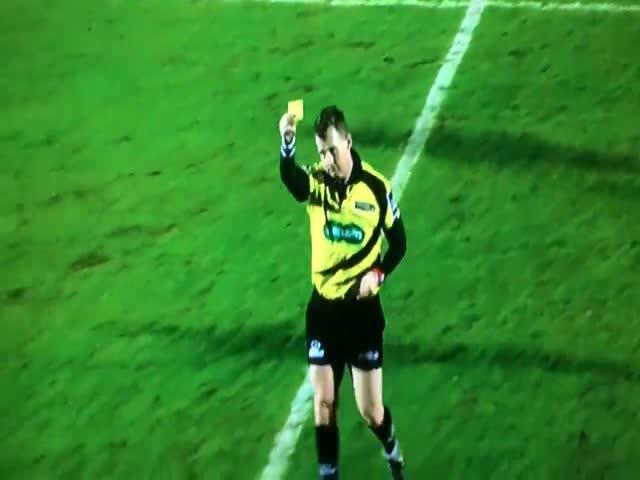 Желтая карточка парню, подающему мячи