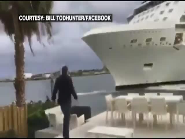 Круизный лайнер едва не снес дом