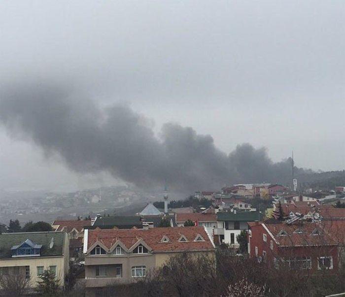 В пригороде Стамбула вертолет упал на трассу