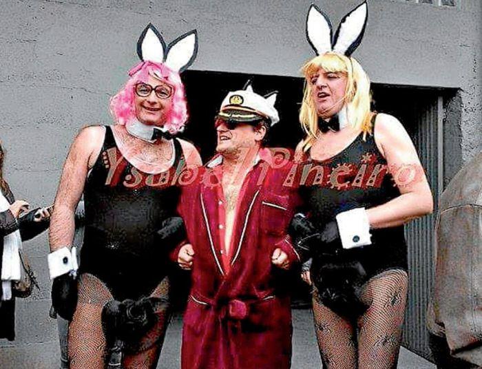В Испании священник пришел на карнавал в образе основателя журнала Playboy Хью Хефнера (2 фото)