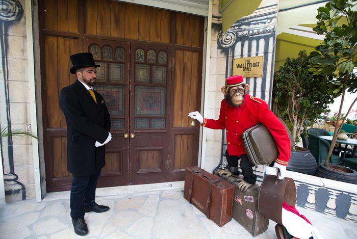 Известный уличный художник Бэнкси открыл гостиницу в Вифлееме (14 фото)