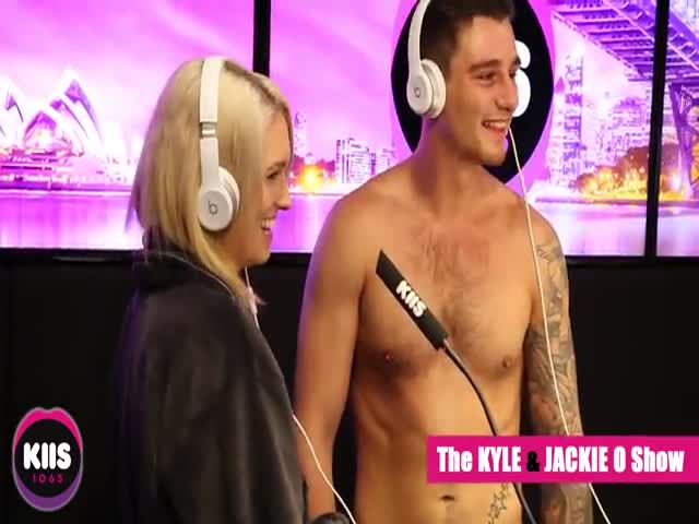 Молодая пара разделась догола в студии австралийского радио