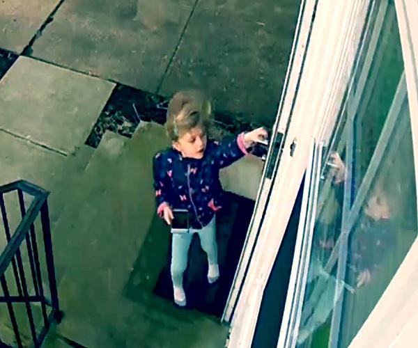 Сильный ветер сдул маленькую девочку