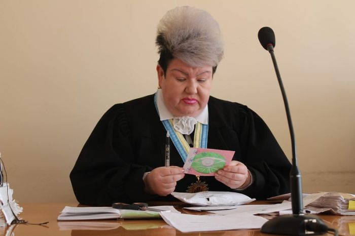 Украинская судья Алла Бандура получила прозвище Джокер из-за своей эффектной внешности (2 фото)