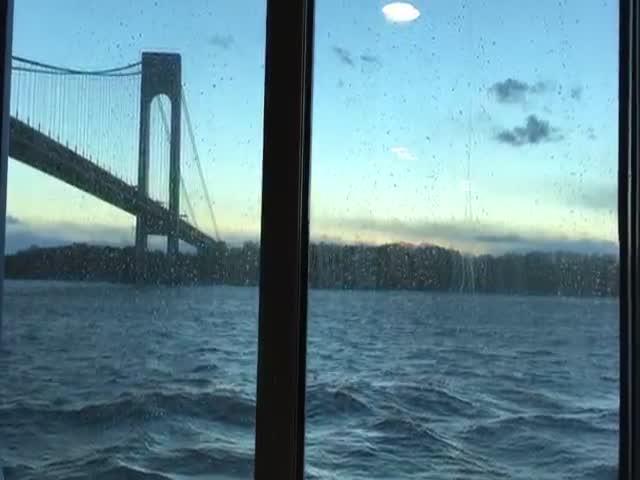 Пассажиры круизного лайнера сняли 9-метровые волны