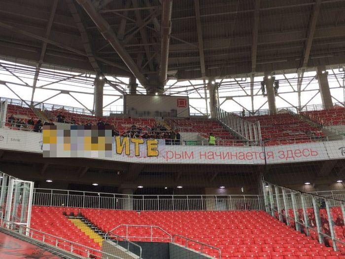 Болельщики «Анжи» не сумели правильно вывесить плакат в мачте со «Спартаком» (2 фото)