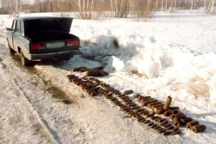 В Курганской области в багажнике легкового автомобиля сотрудники ДПС обнаружили артиллерийские снаряды (2 фото)