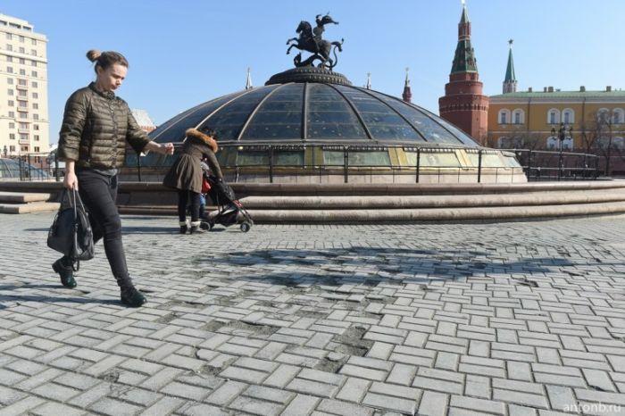 На Манежной площади с приходом весны «вздулась» дорожная плитка (8 фото)