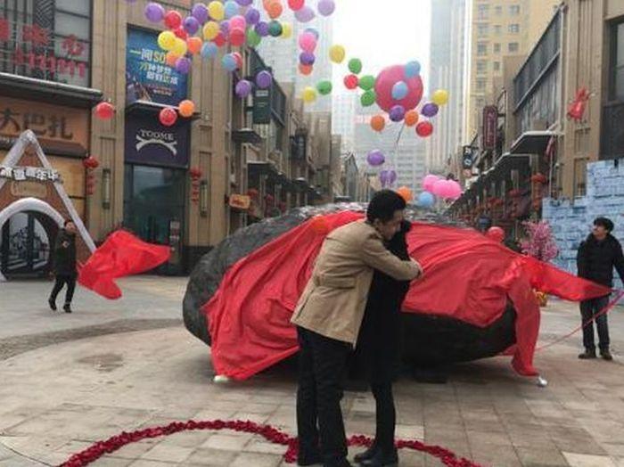 Китаец сделал предложение своей девушке и подарил ей 33-тонный камень (3 фото)