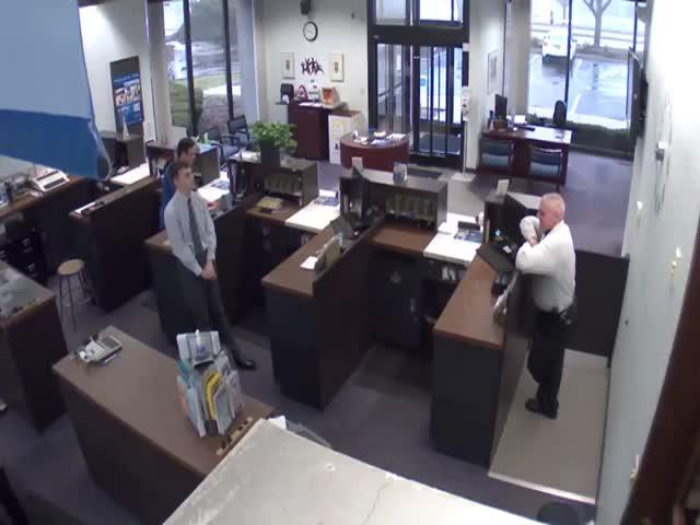 Меткий охранник банка обезвредил грабителя