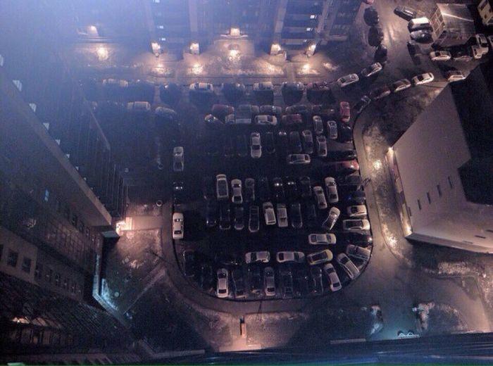 Парковка во дворе жилого дома в Санкт-Петербурге (2 фото)