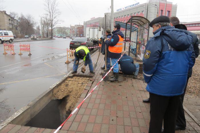 В Ярославле мужчина провалился под асфальт (2 фото + видео)