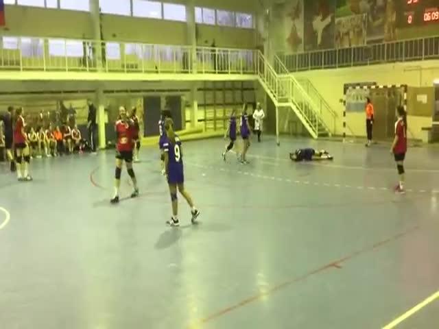 Юная гандболистка намеренно наступила на голову соперницы