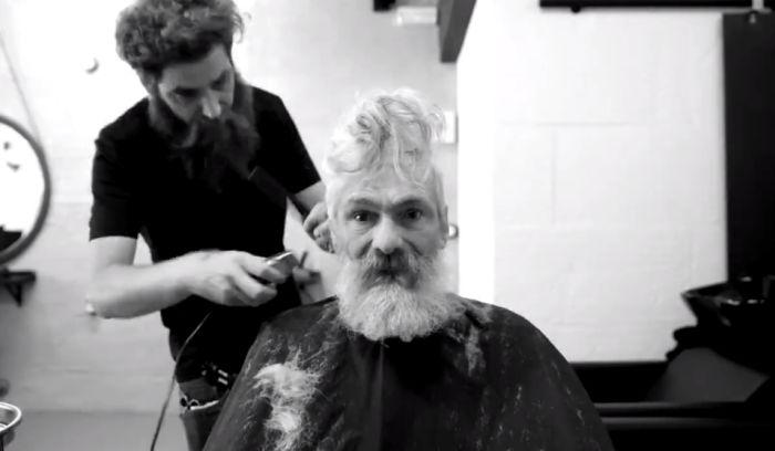 Парикмахеры превратили бездомного мужчину в стильного хипстера (3 фото + видео)