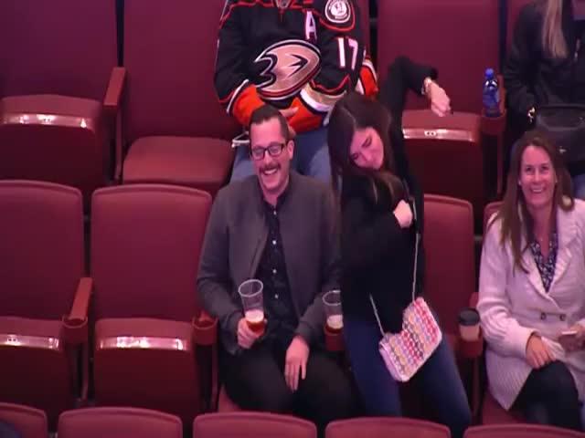 Танцевальный батл болельщиков на хоккейном матче «Анахайм» - «Торонто»