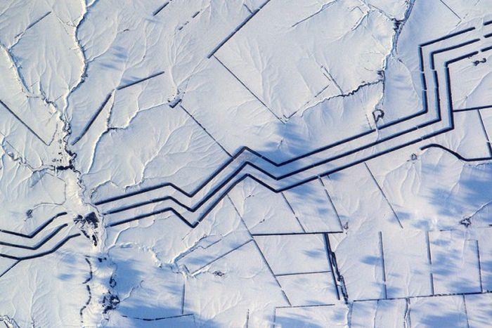 Параллельные линии в российской степи озадачили французского астронавта Тома Песке (фото)