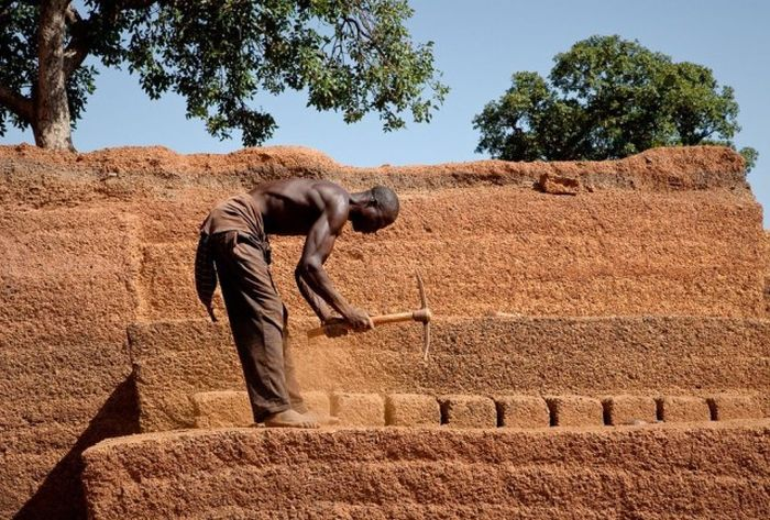Работники кирпичного карьера в африканской деревне (24 фото)