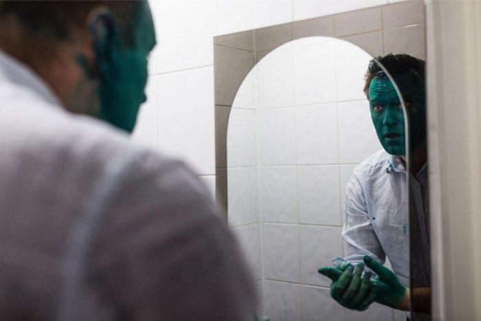 В Барнауле Алексея Навального облили зеленкой (2 фото + видео)