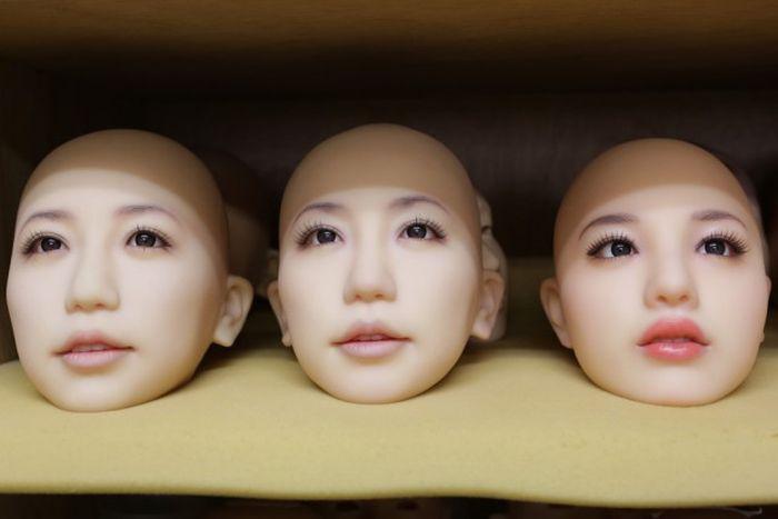 Экскурсия по японской фабрике секс-кукол (13 фото)