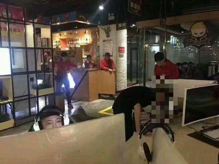 В Китае неуравновешенный геймер пробил головой монитор (3 фото)