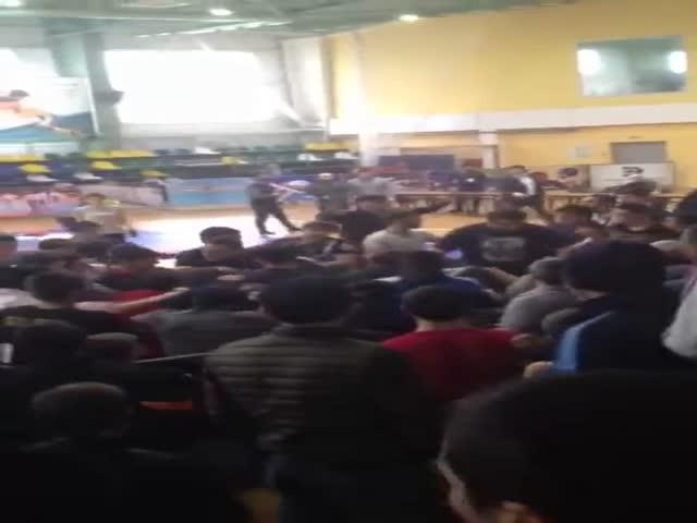 Массовая драка болельщиков на борцовском турнире в Дагестане