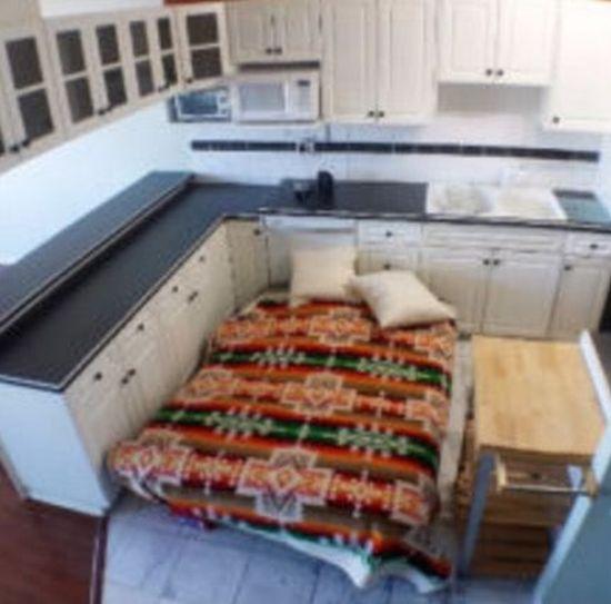 Продавцы использовали двуспальную кровать, чтобы показать площадь квартиры (4 фото)