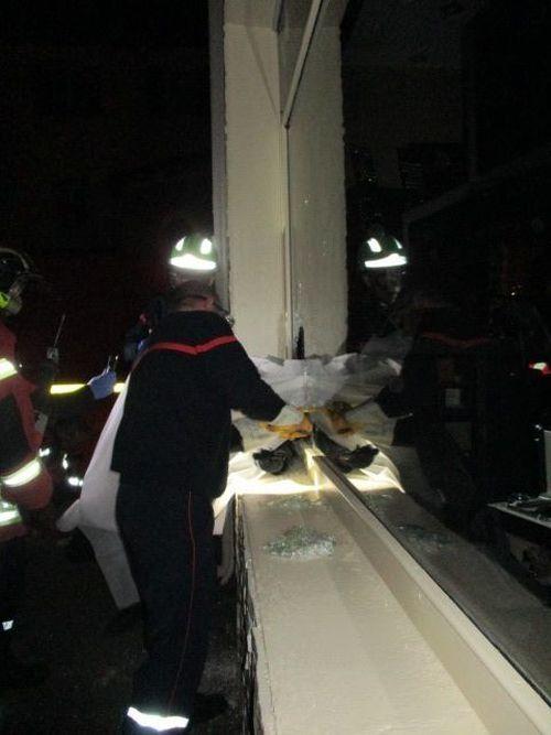 Во Франции грабитель застрял в витрине ювелирного магазина (2 фото)