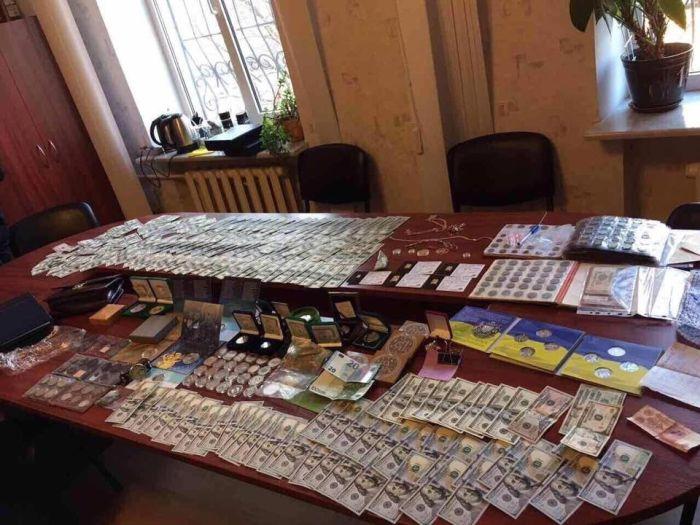 На Украине у задержанного полковника полиции изъяли оружие, золотые слитки и ювелирные изделия (3 фото)