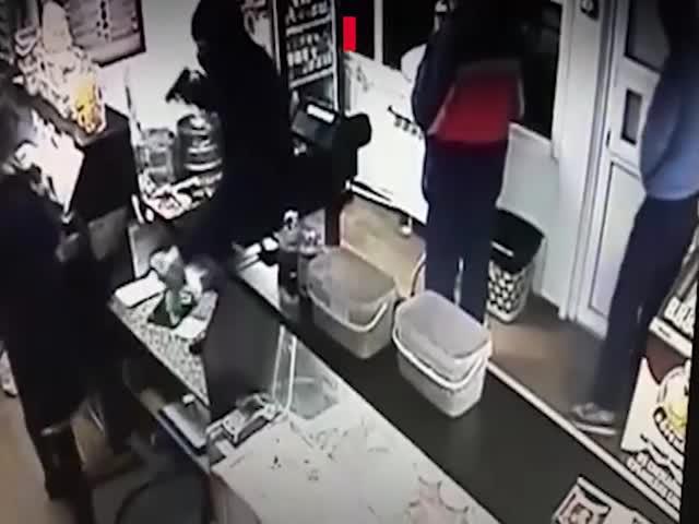 В Волгограде мужчина вытолкал грабителей из магазина