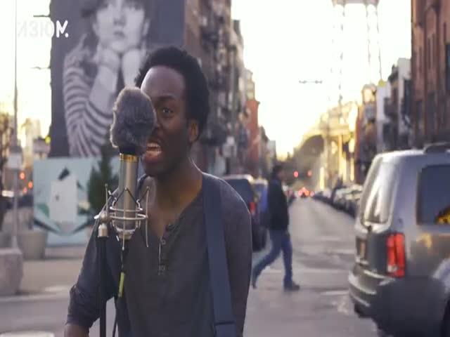 Темнокожий музыкант Чейз Уинтерс поет русскую песню