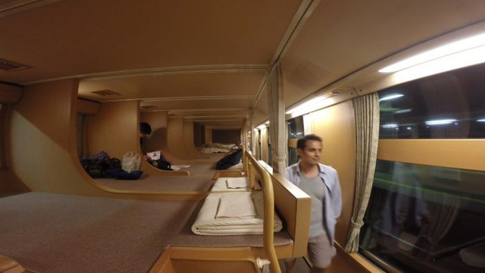 Вагоны-спальни японских экспресс-поездов (7 фото)