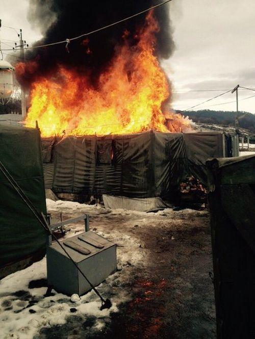 Дневальный решил растопить печь (2 фото)