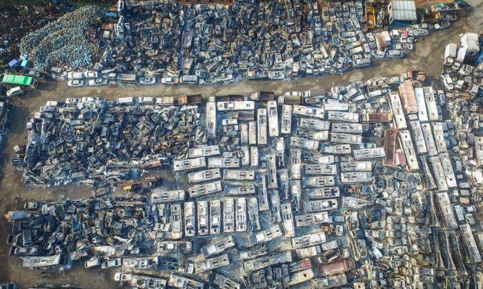 Пожар на китайской парковке уничтожил 6000 автомобилей (10 фото)