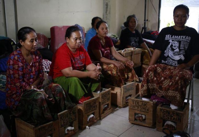 Около 50 жителей Индонезии зацементировали ноги в знак протеста (6 фото)