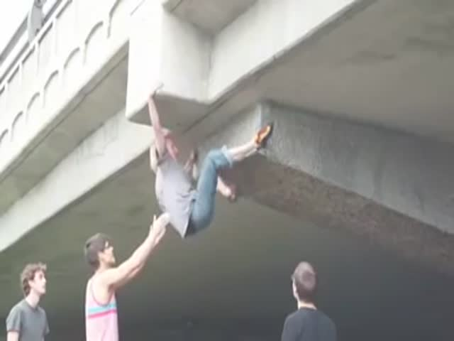 Парень забрался на мост