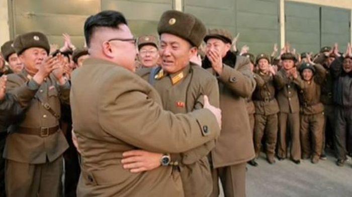 Лидер КНДР Ким Чен Ын прокатил на спине военнослужащего (4 фото)
