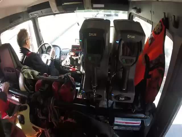 Эстонские спасатели вытащили провалившегося под лед рыбака